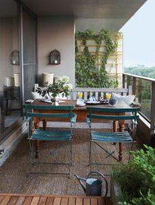 tavolo e sedie in balcone per cena