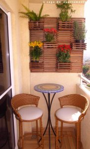 balcone con sistemi di vasi sospesi in legno